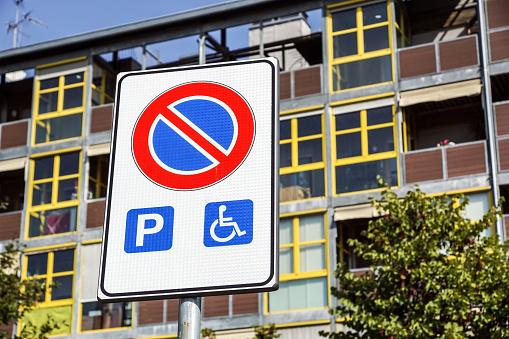 Engelli Park Yeri Ve Tekerlekli Sandalye Yolu Işaret Ve Semboller Üzerinde Bir Kutup Uyarı Motorlu Stok Fotoğraflar & Asfalt'nin Daha Fazla Resimleri