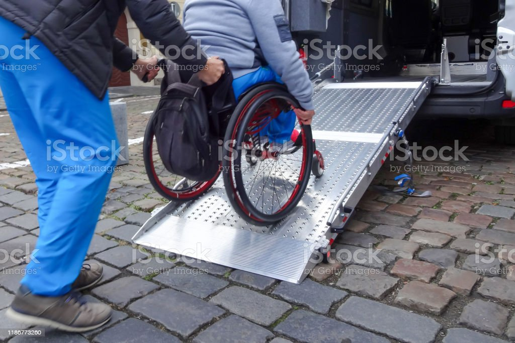Disabled person on wheelchair using car lift - Royalty-free A caminho Foto de stock