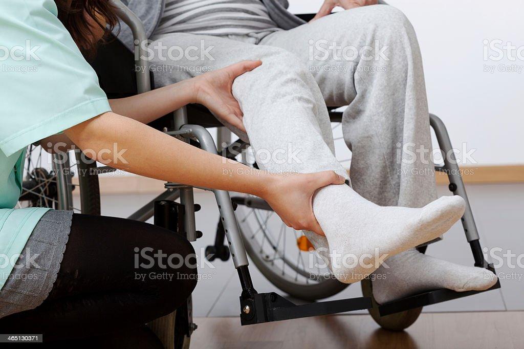 Rehabilitación para personas con discapacidades - foto de stock