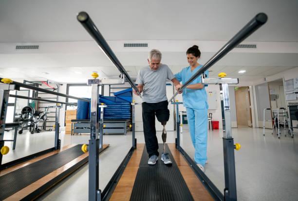 funktionshindrade äldre man bär protes och gör sjukgymnastik - protesutrustning bildbanksfoton och bilder