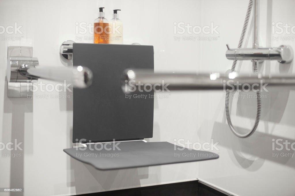 Behinderten Duschsitz im modernen Badezimmer – Foto