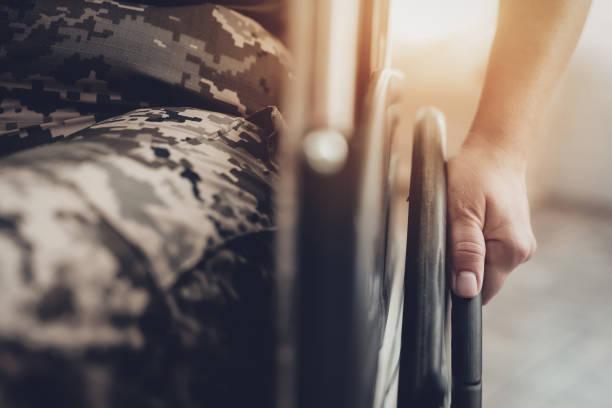 Behinderte Soldaten In einem Rollstuhl. Gelähmten Frau. – Foto