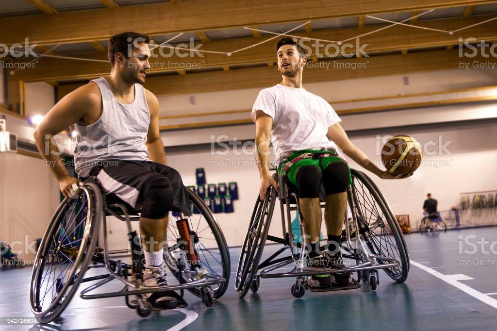 障害者スポーツの男性アクション バスケット ボールで ストックフォト