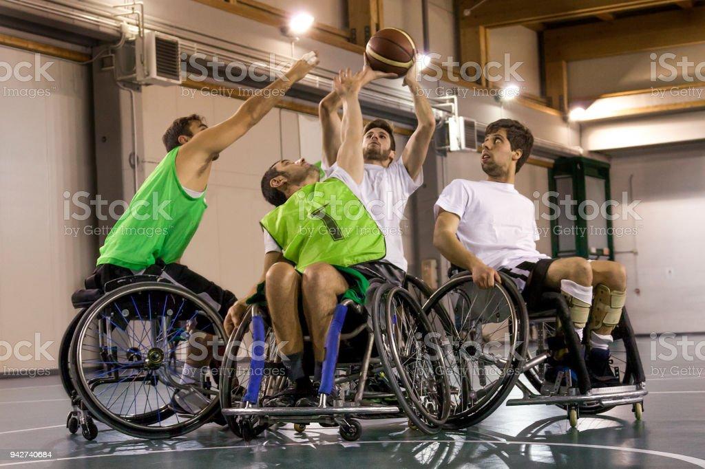 hombres en acción jugando baloncesto el deporte discapacitados - foto de stock