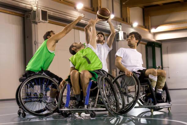 personnes handicapées sport hommes en action jouant au basketball - sports en fauteuil roulant photos et images de collection