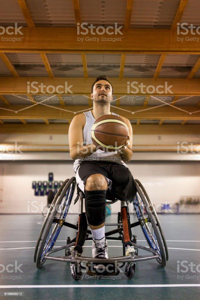 hombres en acción jugando baloncesto interior del deporte para discapacitados - foto de stock