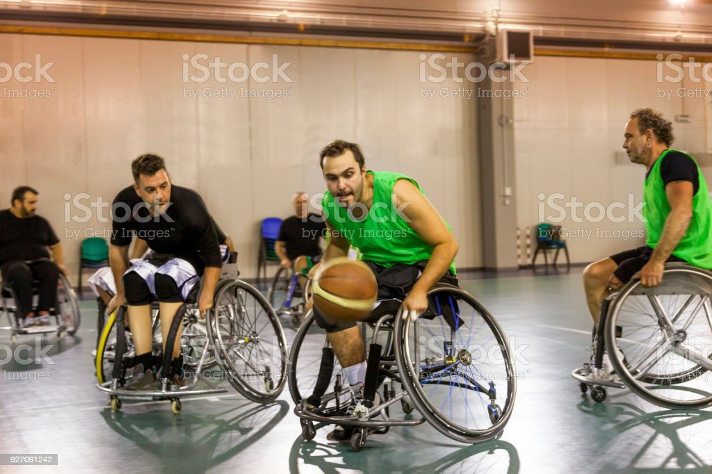 deficientes desporto homens em ação enquanto estiver jogando basquete indoor - foto de acervo
