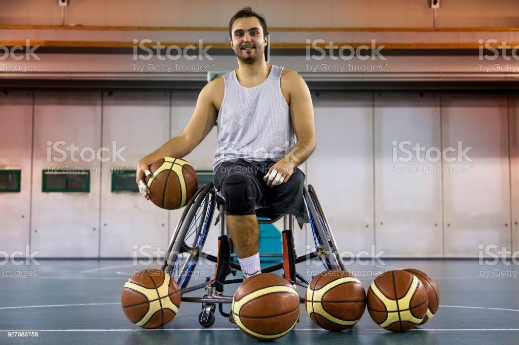 discapacitados deporte relax hombres jugando baloncesto interior - foto de stock