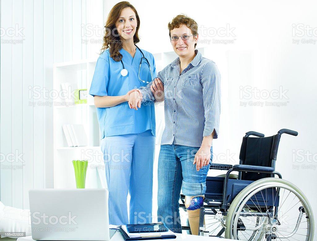 Behinderte Frau in Arzt-Büro. – Foto