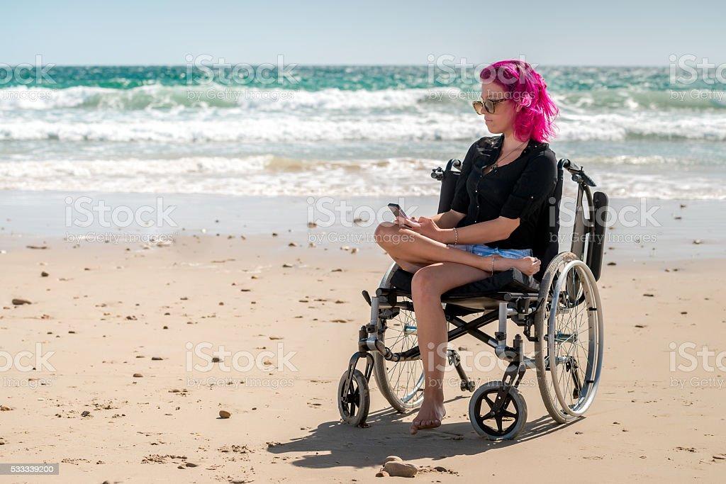 Mujer en la playa con discapacidades - foto de stock