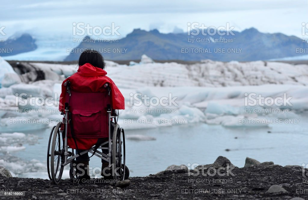 Disabled woman in the wheelchair at the beach. - foto de stock
