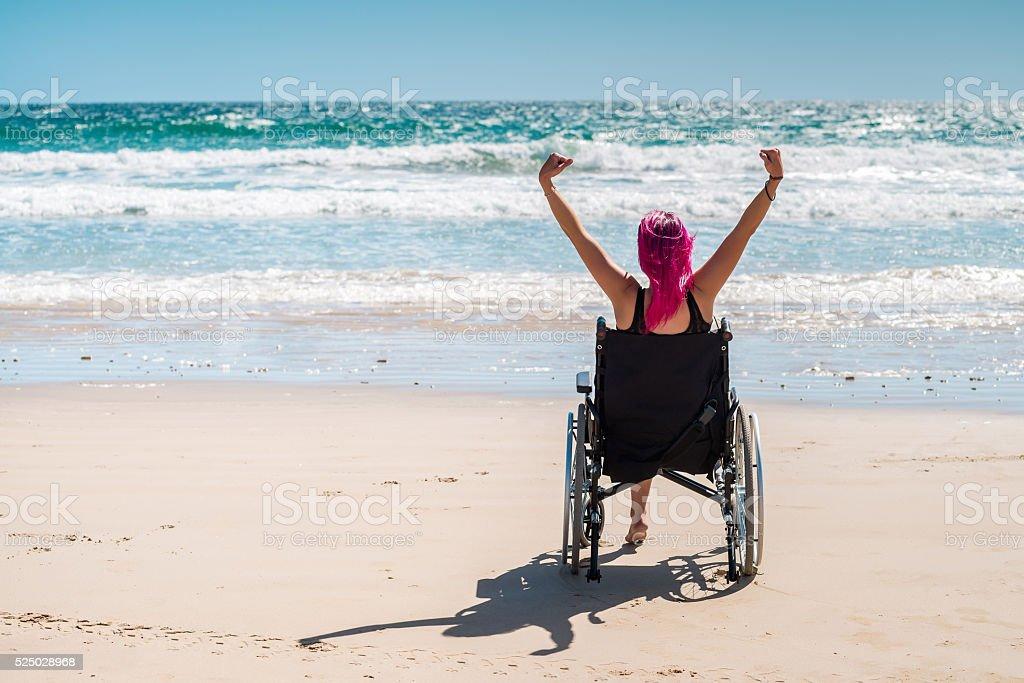 Mujer en una silla de ruedas para personas con discapacidades - foto de stock