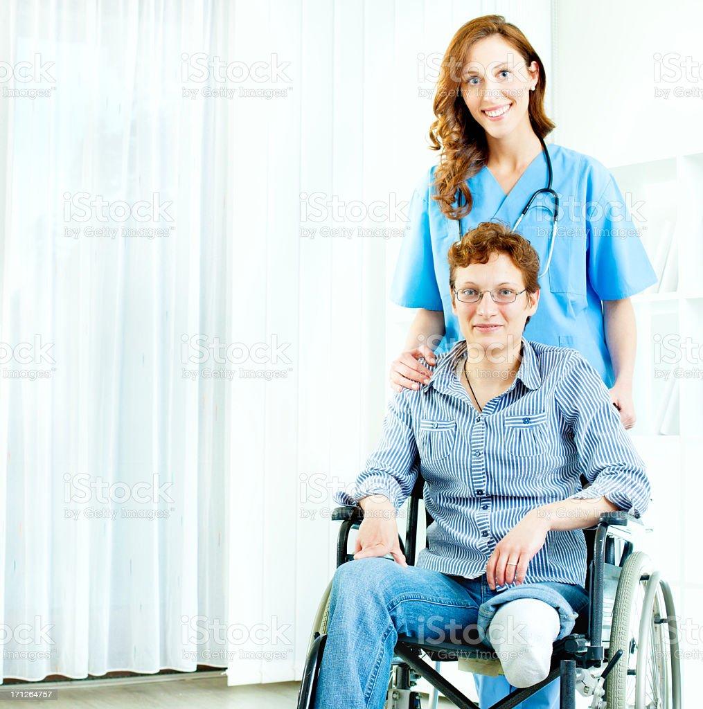 Behinderte Frau im Rollstuhl an hospital. – Foto