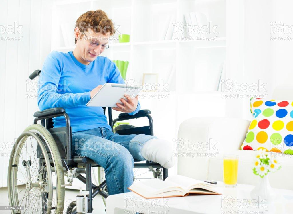 Behinderte Frau im Rollstuhl verwenden digitale Tablet zu Hause fühlen. – Foto