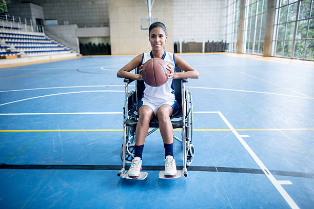 disabled woman playing basket - sports en fauteuil roulant photos et images de collection