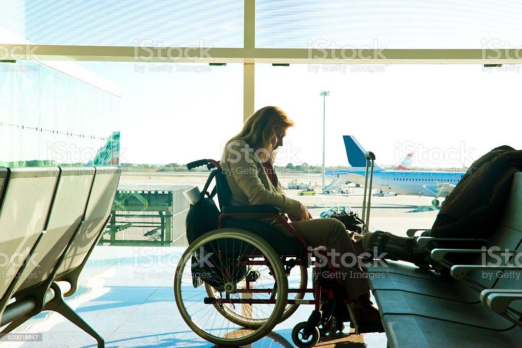 Behinderte Frau gestrandeten am Flughafen – Foto