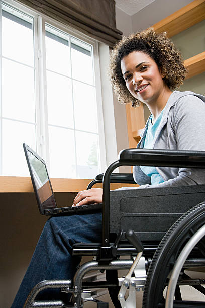 desativado mulher usando um laptop - vida de estudante - fotografias e filmes do acervo