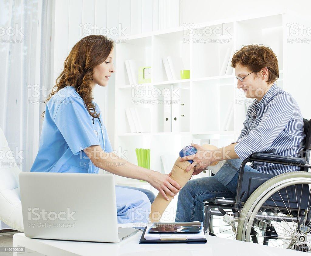Behinderte Frau mit künstlichem Bein in Arzt-Büro. – Foto