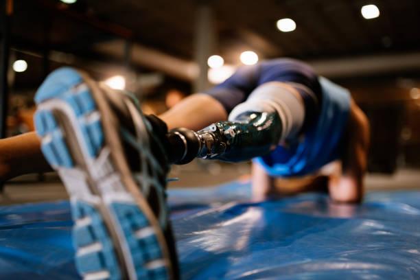inaktiverat ung man träning i gymmet - protesutrustning bildbanksfoton och bilder
