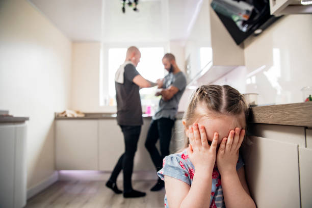 meinungsverschiedenheit vor ihrem kind - liebeskummer englisch stock-fotos und bilder
