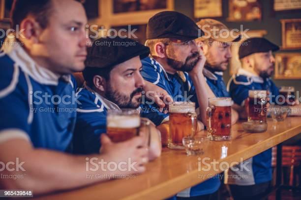 Foto de Fãs Decepcionados Assistindo Jogo e mais fotos de stock de Adulto