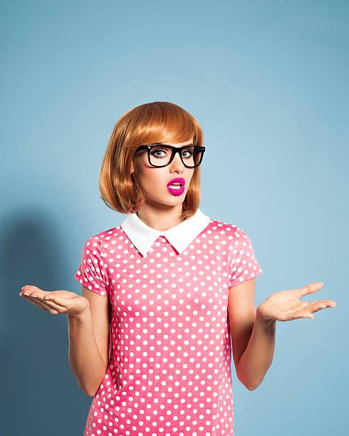 enttäuscht junge frau mit rot haare kleid mit pünktchenmuster - moderne 50er jahre mode stock-fotos und bilder