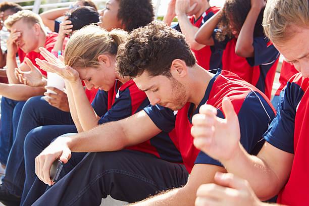 enttäuscht zuschauer in den team-farben watching-sport event - niederlage stock-fotos und bilder
