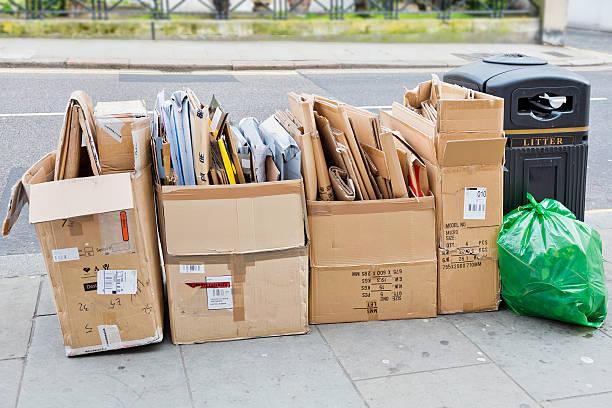 discarded pappe box - box falten stock-fotos und bilder