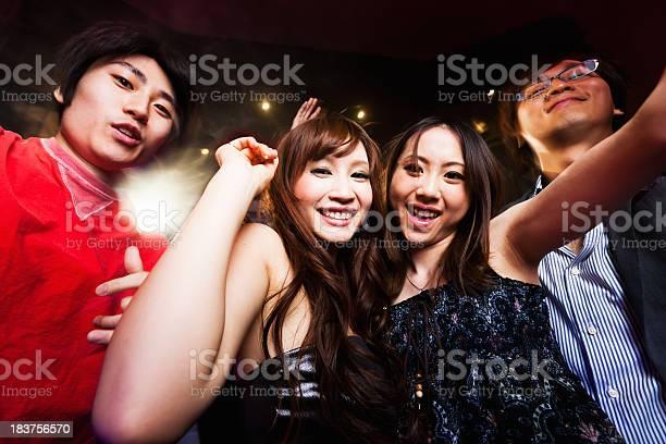 Девочки и мальчики в ночном клубе мужской клуб в москве зажигалка