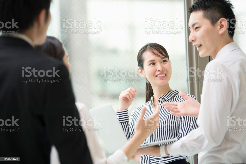 笑顔でについて説明します。 ストックフォト