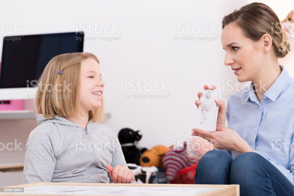 Discutindo o desenho durante a terapia do jogo - foto de acervo