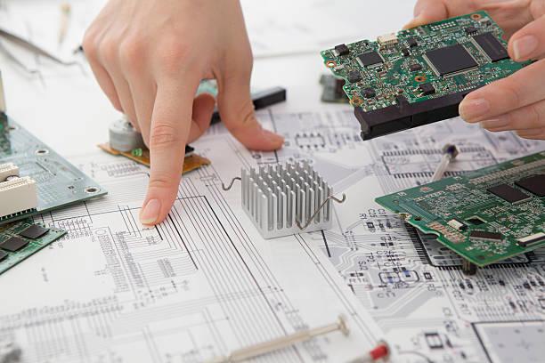 discussão sobre a placa de circuito - indústria eletrônica - fotografias e filmes do acervo