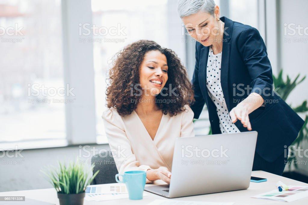 Discussie in het kantoor - Royalty-free 30-39 jaar Stockfoto