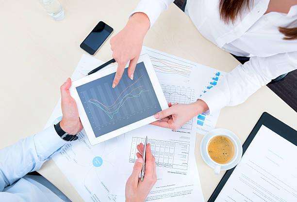 Diskussion über Strategie mit Ein Finanzanalyst – Foto