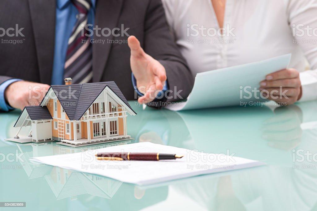 Discussion avec un agent immobilier - Photo