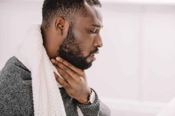 erkrankten afroamerikanische Mann mit Halsschmerzen – Foto