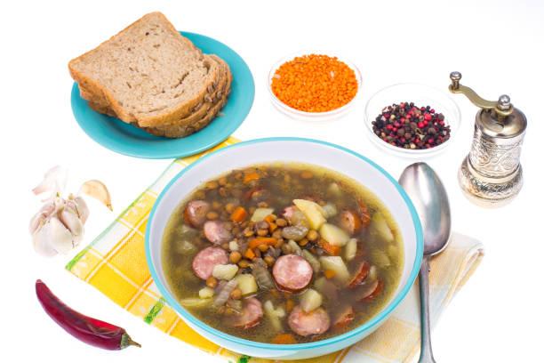 schale aus linsen, gemüse und würstchen - linseneintopf mit speck stock-fotos und bilder