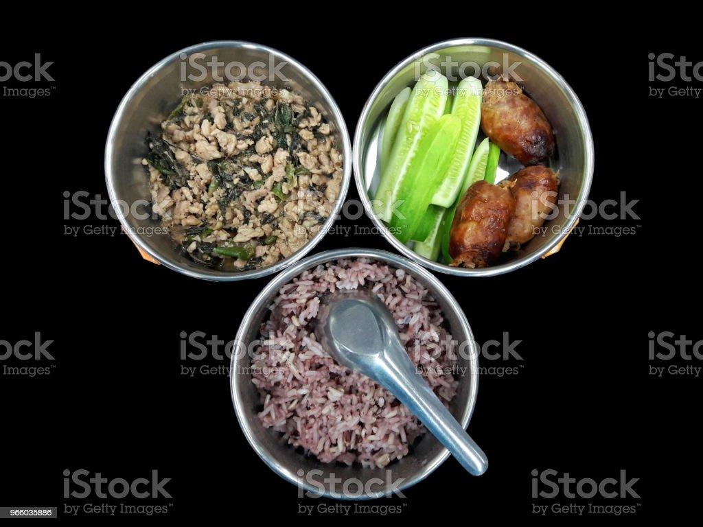 Schotel in tumbler varkensvlees gebakken met basilicum en worst Noordoost Thailand stijl met komkommer zijn - Royalty-free Avondmaaltijd Stockfoto