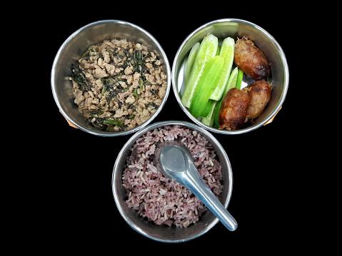 Schotel In Tumbler Varkensvlees Gebakken Met Basilicum En Worst Noordoost Thailand Stijl Met Komkommer Zijn Stockfoto en meer beelden van Avondmaaltijd