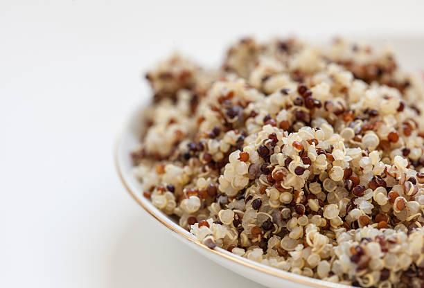 Gericht mit frisch zubereiteten Quinoa stärkehaltigen Klassiker, 3 – Foto