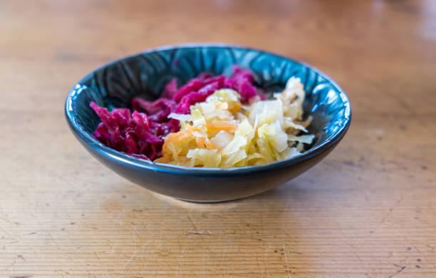 prato de chucrute caseiro com profundidade de campo - dois tipos de alimento fermentado de repolho vermelho e verde - repolho verde - fotografias e filmes do acervo