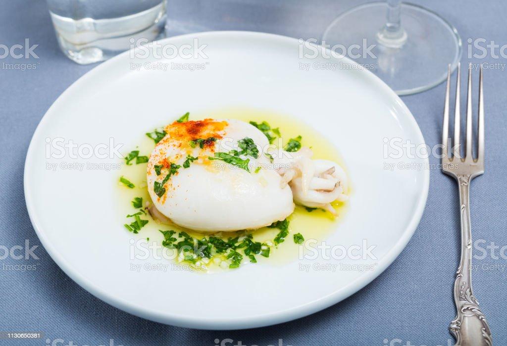 Plato de la cocina mediterránea, sepia al horno - foto de stock