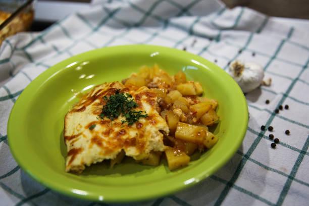 Schotel met aardappels, gehakt en vul foto
