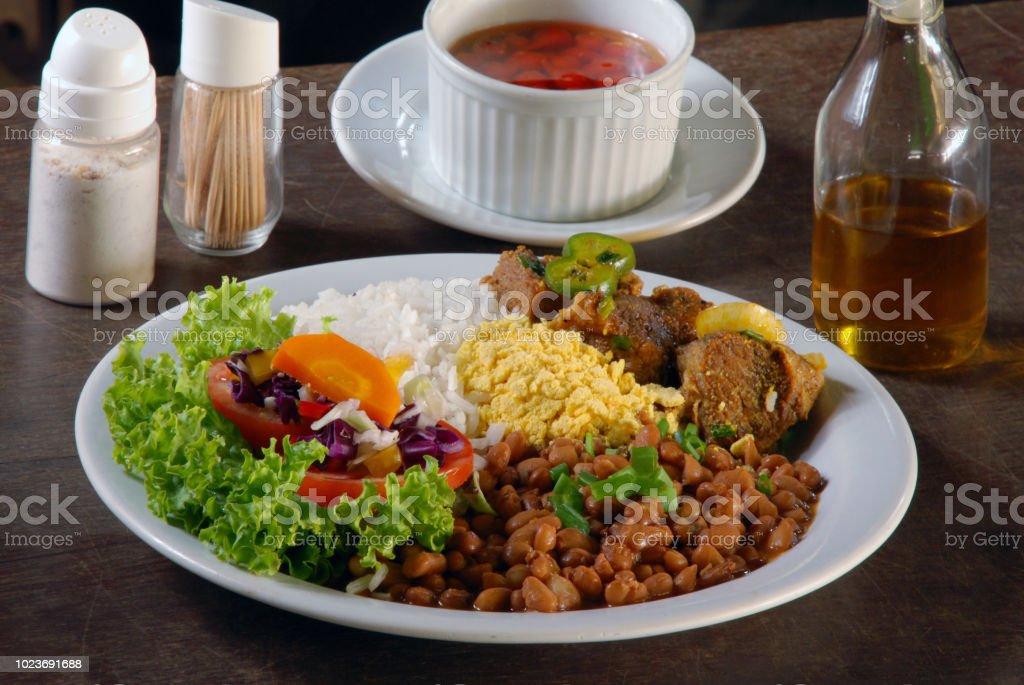 Prato com arroz, feijão, carne e salada - foto de acervo