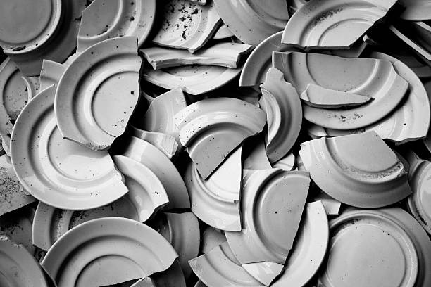 dishes of coffee broken b/w - gebroken bord stockfoto's en -beelden