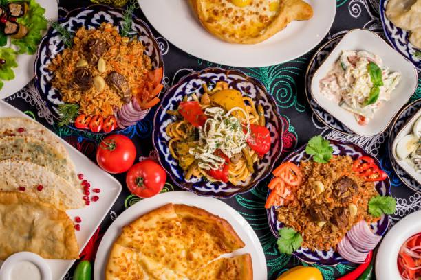 gerechten uit de oezbeekse keuken lagman, pilaf - oezbekistan stockfoto's en -beelden
