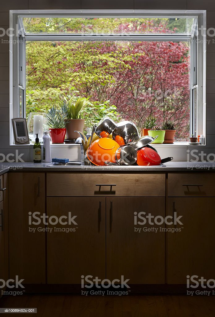 Dishes piled in kitchen worktop royalty free stockfoto