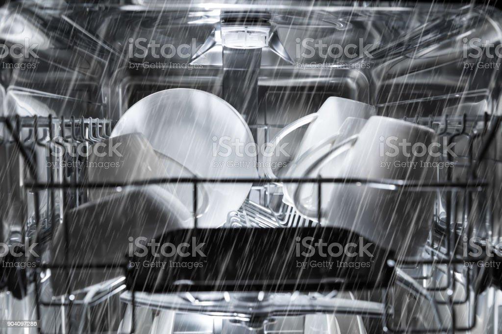 Geschirrspüler Maschine Arbeitsprozess. Innenansicht – Foto