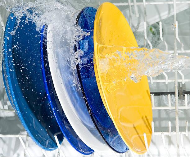 Platos y placas de la máquina de lavado - foto de stock
