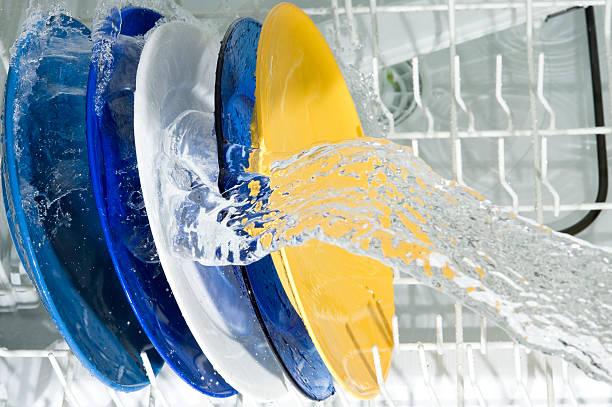 Dish-Waschmaschine und Teller – Foto